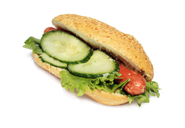 Сэндвич с сосиской и огурчиками