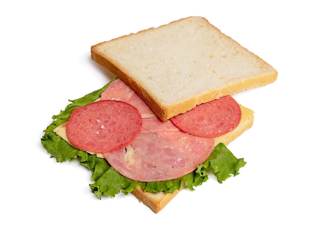 Сэндвич с салями, ветчиной и сыром